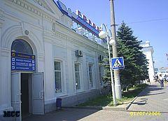 Железнодорожный вокзал Новороссийска. Со стороны привокзальной площади.