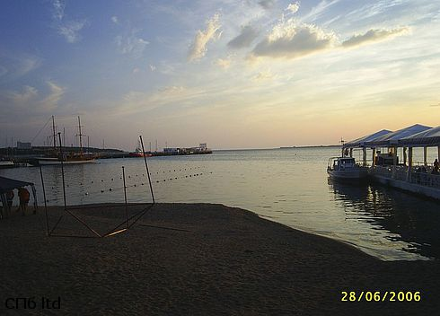 На центральном пляже Геленджика вечером
