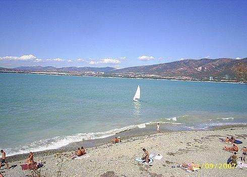 Галечный пляж на Толстом мысе в Геленджике