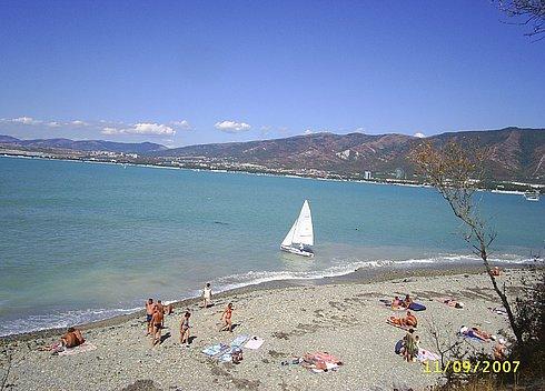 Пляж в районе Толстого мыса в Геленджике