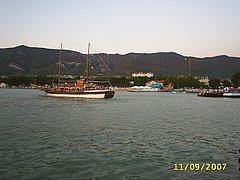 Парусно-моторное судно Корсар в Геленджикской бухте