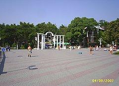 Известная арка в начале Лермонтовского бульвара в Геленджике