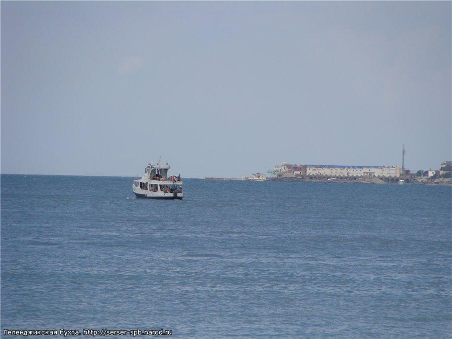 На выходе из Геленджикской бухты. Справа виден Тонкий мыс.